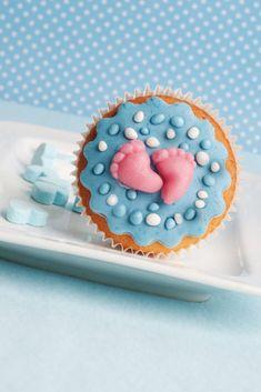 Zien deze geboorte cupcakes er niet heerlijk uit? Deze cupcakes zijn fantastisch om te serveren tijdens een babyshower of gender reveal party. En wil je jouw kraamvisite iets originelers voorschotelen dan beschuit met muisjes? Ook in dat geval komen deze geboorte cupcakes goed van pas. Alle benodigdheden voor deze cupcakes (van cakemix tot geboortefigueren) vind je op Bouwhuis.com. Wilton Cakes, Cupcake Cakes, Design Package, Baby Shower Snacks, Wilton Cake Decorating, Green Smoothie Recipes, Pie Cake, Kids Corner, What To Cook
