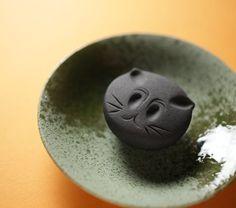 今日の #和菓子 は #ねりきり で作った #黒猫 です。 ねりきりとは白餡に餅や芋を混ぜて作った和菓子で #茶道 で使われる「 #上生菓子 」の一種です。 #撮影 用に作成しました。 もうすぐ #ハロウィン なる行事なんだそうで。 Today's wagashi is…