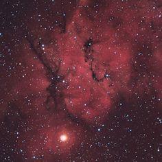 Nebulosa μ Geminorum (posiblemente IC 444). Es una nebulosa de emisión en la constelación Gemini. Descubierta por Max Wolf el 25 de septiembre de 1892.