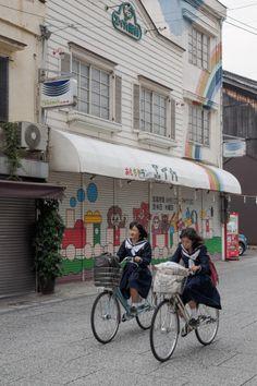cycling to school : photo Kazu Saito
