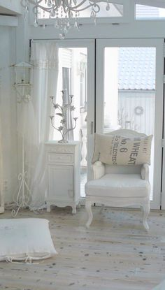 All White Shabby Chic interior decor Casas Shabby Chic, Shabby Chic Mode, Shabby Chic Bedrooms, Shabby Chic Cottage, Vintage Shabby Chic, Shabby Chic Style, Shabby Chic Furniture, Shabby Chic Decor, White Cottage