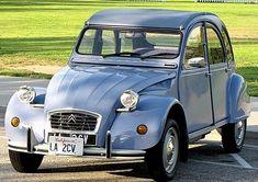Voiture Citroën 2 CV année 1959, carrosserie décapotable, ancien véhicule de couleur bleu.