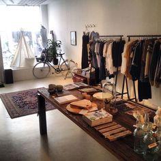 DAILY POETRY | In de creatieve huiskamer van Den Bosch kun je niet alleen terecht voor de knapste mode & interieur must-haves, maar ook voor een lekkere espresso. Achter in het pand is een self service café waar je kunt werken, mijmeren of even pauze kunt nemen voordat je de rest van je hotspotlijst afwerkt. | Vughterstraat 72, 's-Hertogenbosch | Via @Elleeten.nl