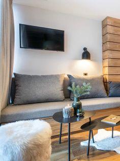 salon montagne style chalet scandinave canapé coffre bois gris vase branche sapin Val D'isère, Slow Living, Couch, Interior Design, Vase, Blog, Furniture, Studio, Home Decor