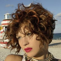 Want to change look? Here are the coolest and most feminine short hair of the season! Short Curly Hair Updo, Short Blonde Haircuts, Sassy Haircuts, Curly Hair Cuts, Curly Bob Hairstyles, Summer Hairstyles, Curly Hair Styles, Curly Short, Feminine Short Hair
