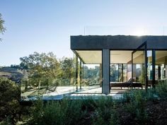 Completed in 2015 in Beverly Hills, United States. Images by Joe Fletcher. The Oak Pass main house sits on the top of a acre ridge site with panoramic canyon views. There are over 130 protected Oak trees on the property. Contemporary Garden, Contemporary Architecture, Architecture Design, Minimalist Architecture, Workshop Architecture, Pavilion Architecture, Contemporary Building, Contemporary Cottage, Kitchen Contemporary