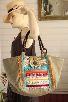 Sac style bohème hippie chic en coton lin taupe, galons ethniques turquoises,oranges, rose, sequins, pompons, anses bois marron et cordon ciré.Fermé par languette aimantée. Do - 17682031