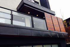 50 Incredible Glass Railing Design for Home Blacony 12 Veranda Railing, Glass Balcony Railing, Patio Railing, Balcony Grill, Balcony Railing Design, Staircase Railings, Modern Staircase, Glass Handrail, Glass Railing System