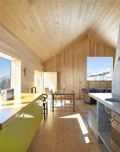 8 kök som visar att furu kan vara både modernt och stilrent - Sköna hem