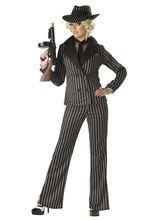 20er Jahre Gangster Lady Damen-Kostüm schwarz-weiß, aus unserer Kategorie 20er & 30er Jahre Kostüme. Diese Gangsterin verteilt im Stakkato blaue Bohnen, um ihre Widersacher zu beseitigen. Vielleicht verliert sie eines Tages ihr Leben, aber niemals ihren Stil! Ein mondänes Kostüm für Karneval und Mottopartys.