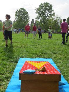 Cornhole: è un gioco di lancio, nel quale si utilizzano dei sacchetti riempiti di mais. Scopo del gioco è cercare di lanciare i sacchetti dentro la buca posta in una piattaforma di legno ad una distanza variabile, in genere da 6 a 10 metri.