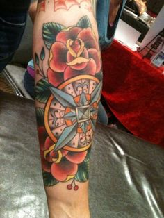 tattoo old school / traditional nautic ink - compass with flowers