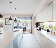 Steeds meer keukens krijgen een kookeiland (of spoeleiland), maar wat doe je dan met de verlichting? Ga je voor inbouwspots boven een kookeiland? Of juist voor hanglampen? Wij laten je...