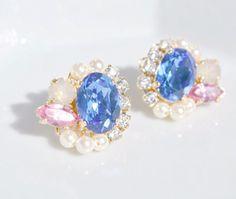 スワロを贅沢に使ったとってもゴージャスな耳飾りです✴︎こちらのメインは中央のサファイヤ。海のようにキレイな青色です♥︎ローズとサンドオパールがサ...|ハンドメイド、手作り、手仕事品の通販・販売・購入ならCreema。