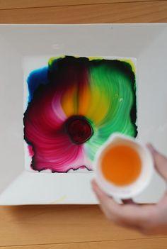 Il vous suffit de lait, colorant alimentaire et du savon à vaisselle. So cool! projet Art