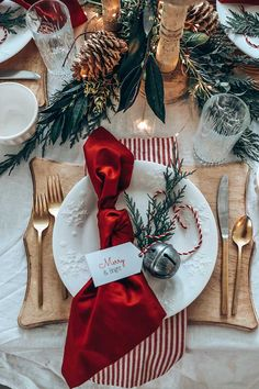 Easy Christmas Table Setting with Red – Hallstrom Home – The Best Ideas Indoor Christmas Decorations, Christmas Table Settings, Christmas Tablescapes, Christmas Table Set Up, Valentines Day Tablescapes, Xmas Table Decorations, Christmas Centerpieces, Christmas Dinner Ideas Decoration, Christmas Party Backdrop