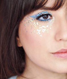 Maquiagem com glitter. Delineado feito com glitter azul. Inspiração para usar no Carnaval!