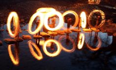 Moradores brincam com fogo no vilarejo Pyongchon, em Gwangju, no sudoeste da Coreia do Sul.  Foto: Hyung Min-woo/Associated Press