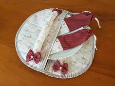 Porta pratos: acompanha 2 porta talheres, ideal para transportar pratos e talheres. Pode ser usado também para transportar alimentos em recipientes fechados.  Feito em tecido e manta acrílica de ótima qualidade.