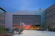 Research Support Facility at the National Renewable Energy Laboratory (NREL), Golden, Colorado. RNL Design No sería para menos que en este edificio, cuna de las energías renovables sea uno de los más ecológicos en Estados Unidos. El edificio tiene un complejo sistema de aprovechamiento de la luz natural y ventilación.