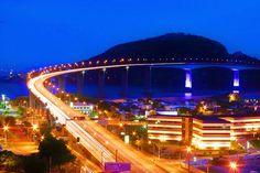 """RIO DE JANEIRO, BRASIL. """"A Ponte Presidente Costa e Silva, mais conhecida como Ponte Rio Niterói, tem como função interligar a cidade do Rio de Janeiro com a cidade de Niterói. Ela foi construída sobre as águas da Baía da Guanabara e suas obras demoraram 5 anos para serem concluídas. É uma das maiores pontes do mundo e a maior do Hemisfério Sul, com seus 13 quilômetros de extensão e até 70 metros de altura."""" (via Roberto Lemos)."""