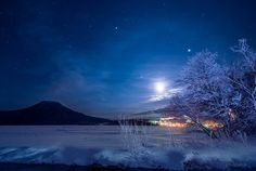 月光に浮かぶ阿寒湖(北海道)。凍結した湖の上に雪が積もってまっ白です。木々も霧氷がついて白くなっています。月はかすかな暈をまとっていました。(昨夜撮影) pic.twitter.com/HOyVFBpNS4