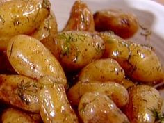 Dill Fingerling Potatoes recipe from Ina Garten via Food Network- made tonight- came out perfectly! Dill Potatoes, Roasted Fingerling Potatoes, Roasted Garlic, Cook Potatoes, Roasted Potatoes, Potato Dishes, Potato Recipes, Vegetable Recipes, Barefoot Contessa