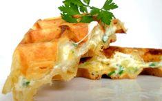 Dans un saladier, verser la farine et la levure puis mélanger. Ajouter le beurre fondu, mélanger à nouveau. Incorporer les oeufs et fouetter encore.
