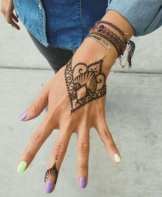 Here we have collected beautiful summer henna tattoo designs examples. These summer henna designs or summer mehndi designs are the best for you. Henna Tattoo Hand, Henna Tattoos, Henna Tattoo Muster, Et Tattoo, Henna Body Art, Henna Mehndi, Mandala Tattoo, Mehendi, Tatoos