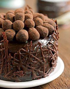 Até a sobremesa entrou no clima. O doce de chocolate foi decorado com trufas, mas em vez de aparecerem no visual comum, arredondadas, elas ganharam um formato oval  (Feliz Páscoa | Happy Easter)