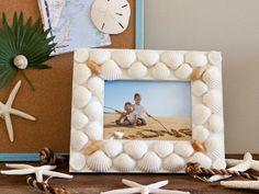 Bonito cuadro cubierto con conchas. Esta moldura la podéis encontrar en nuestra tienda, las conchas en la playa donde paseéis.