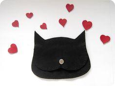 Le chat dans lamour !Ce porte-monnaie funny fait avec cuir italien véritable ou simili cuir noir, garni de feutre synthétique. A la forme dune tête