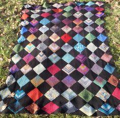 Dominostrik. Tæpper af strømpegarsrester. Plaid Scarf, Quilts, Blanket, Knitting, Inspiration, Biblical Inspiration, Comforters, Tricot, Quilt Sets