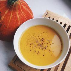 Осень, совсем скоро хэллоуин, а это значит, что время тыквенных блюд!  Первый рецепт из тыквы, который хочу вам показать - кокосово-имбирный тыквенный суп-пюре. На 100 г ~40 ккал