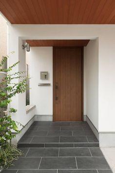 玄関ポーチ: 伊藤一郎建築設計事務所が手掛けた家です。 Home Room Design, Dream Home Design, Home Design Plans, Home Interior Design, House Front Door, House Front Design, Small House Design, Bedroom Minimalist, Minimalist House Design