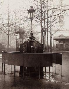 Charles Marville, c'est ce photographe français du XIXe siècle qui a immortalisé Paris et ses rues, juste avant le grand changement architectural du style haussmannien. Actuellement, le Metropolitan Museum of Art à New York expose son travail. Une belle rétrospective dont voici quelques extraits.  http://www.elle.fr/Loisirs/Sorties/Dossiers/A-quoi-ressemblait-Paris-au-XIXe-siecle