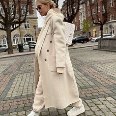 Long cream coat with cream-white sweatsuit, sneakers and Chanel bag  #parisstreetstyle #monochromaticlook #tonaloutfit #2020styletrends  #Regram via @CHnS7BhFkkc