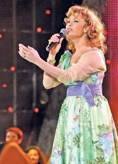 EXCLUSIV/ Angela Similea își cam încheie socotelile cu România. Își pregătește pensionarea în SUA | Monden, Vedete de la noi | Libertatea.ro Breathe, Give It To Me, Concert, Music, Floral, Skirts, Fashion, Musica, Moda