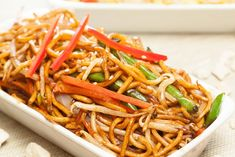 Chinese-style noodles: recipe with chicken and vegetables - Asiatische Rezepte - Chicken Recipes Healthy Chicken Recipes, Vegetable Recipes, Asian Recipes, Ethnic Recipes, Chinese Style Noodles Recipe, Noodle Recipes, Chicken And Vegetables, Casserole Recipes, Carne