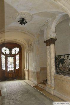 Porche, porte, colonnes de marbre et escalier, immeuble Lavirotte