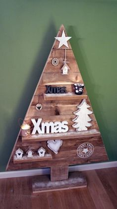 Use for pallets Pallet Christmas Tree, Christmas Wood Crafts, Christmas Tree Design, Nordic Christmas, Christmas Mood, Xmas Tree, Alternative Christmas Tree, Cool Diy Projects, Xmas Decorations