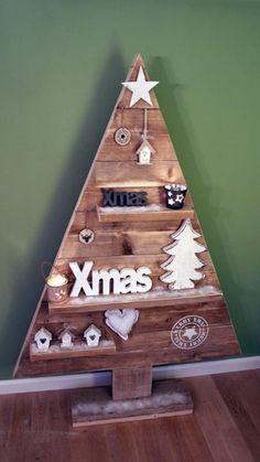 Stoere kerstboom van gebruikt steigerhout. Ca. 1,65 m. hoog en op de diverse plankjes kun je van alles kwijt. Gegarandeerd een gezellige kerst!