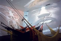 A proposta museológica do Inhotim compreende diferentes espaços expositivos. Muitas obras estão expostas ao ar livre, em meio ao jardim, imersas na mata, no topo de uma montanha, ou sobre um espelho d'água