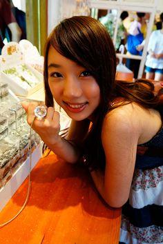 在店裡試戴100卡拉的鑽石戒指,看我笑得多開心,沒有女生不喜歡閃閃亮亮的鑽石吧!/來源:Travel with Stella*