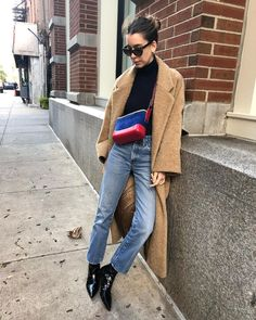 Danielle Haim in a turtle neck tucked into high waisted jeans accessorized with low heeled boots and a great structured bag. Haim Style, Rockabilly, Rock And Roll, Danielle Haim, Grunge, Indie, Asian, Boho, Winter Wear