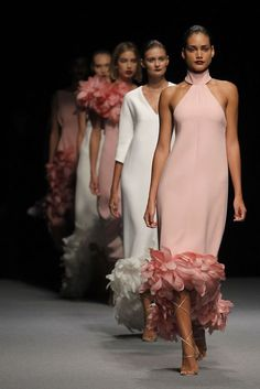 Marcos Luengo Pink Fashion, Couture Fashion, Fashion Show, Moda Madrid, Estilo Glamour, Dress Outfits, Fashion Dresses, Feather Dress, Couture Dresses