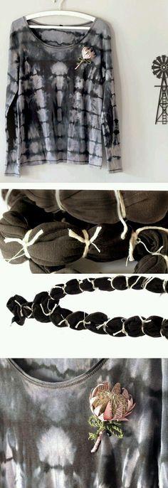 Paso a paso cómo #teñir remeras con técnica #Batik, si es de color solo coloca las bandas elásticas y la sumerges en lavandina diluida, si es blanca sumergela en anilina