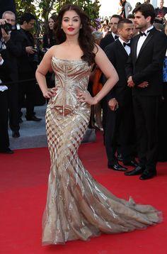 Aishwarya Rai Bachchan makes stunning entrance at  67th Cannes Film Festival, 2014