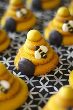 Easy bumblebee cookies - made by stacking sugar cookies! Bee Cookies, Sugar Cookies, Cupcake Cookies, Bee Birthday Cake, Bee Theme, Bee Happy, Cookie Recipes, Bee Skep, Bee Hives