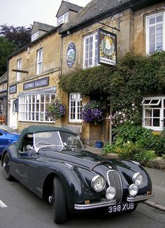 The Jaguar and the pub /Tourist villa Stow-on-the-Wold in the Cotswolds, England